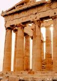 Parthenon en la acrópolis en Atenas, templo de Hephaestus, Grecia, puesta del sol foto de archivo libre de regalías