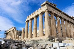 Parthenon op Akropolis hoekig tegen zeer blauwe hemel die het aan de gang zijnde wederopbouwwerk aangaande overkant tonen - Athen royalty-vrije stock foto
