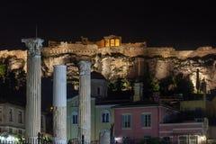 Parthenon p? akropolkullen av Aten p? natten, historiskt arv arkivbilder