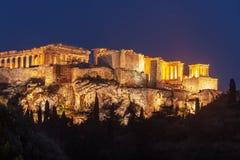 Parthenon p? akropolkullen av Aten p? natten, historiskt arv royaltyfri fotografi