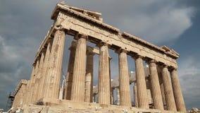 Parthenon - templo antiguo en acrópolis ateniense en Grecia almacen de metraje de vídeo