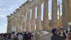 Parthenonen på akropolen, i Aten, Grekland, med materialet till byggnadsställning Arkivfoto