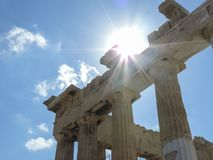 Parthenonen som badas av solljus royaltyfria bilder
