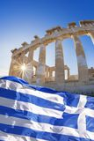 Parthenontempel med den grekiska flaggan på Athenianakropolen, Grekland Arkivbilder