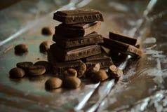 Parti del cioccolato e chicchi di caffè Immagini Stock Libere da Diritti