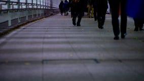 Parti del corpo di camminata della gente all'incrocio nella città di affari nel lasso di tempo di Shinjuku Tokyo video d archivio