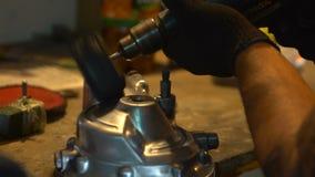 Parti del motociclo della macinazione dell'uomo nel garage video d archivio