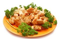 Parti del pollo fritto e del prezzemolo sulla zolla fotografia stock