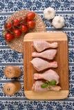 Parti del pollo sulla scheda di legno Immagini Stock Libere da Diritti