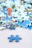 Parti del puzzle rovesciate sulla tabella Fotografie Stock