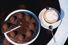 Parti della torta Caffè del cacao della cioccolata calda della bevanda in tazze Priorità bassa nera Fotografia Stock