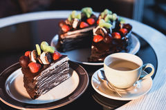 Parti della torta Caffè del cacao della cioccolata calda della bevanda in tazze Priorità bassa nera Fotografie Stock Libere da Diritti