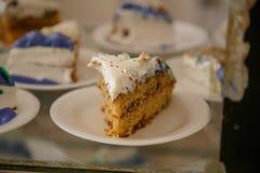 Parti della torta di compleanno in piatti Immagini Stock