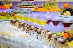 Parti della torta Frutta sui piatti Fotografie Stock Libere da Diritti