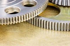 Parti delle macchine industriali ruote dentate dell'ingranaggio del metallo sul graffiato su Immagine Stock