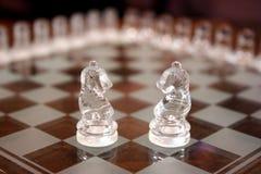 Parti di scacchi di vetro del cavaliere fotografie stock