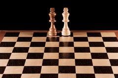 Parti di scacchi su una scacchiera immagini stock libere da diritti