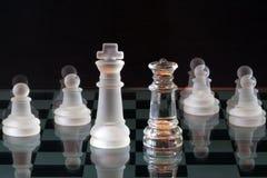 Parti di scacchi su una scacchiera di vetro Immagine Stock