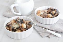 Parti di tonno al forno con i funghi fotografie stock libere da diritti