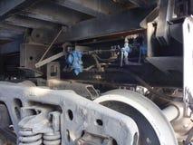 Parti di un autocarro con cassone ribaltabile della ferrovia Ruote, molle, tubo di olio Il nero con il colpo bianco fotografie stock libere da diritti