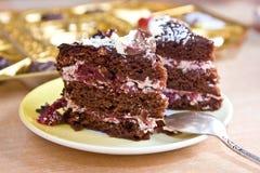 Parti di un grafico a torta del cioccolato su un plateau Fotografia Stock