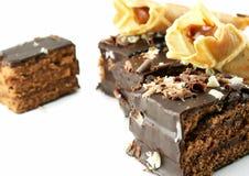 Parti di una torta e delle pasticcerie isolate Immagine Stock