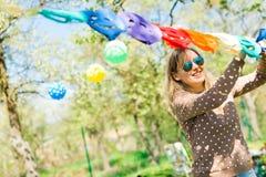 Parti för kvinnagarneringträdgård med den pappers- färgrika dekoren arkivbild