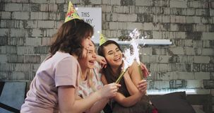 Parti för lycklig födelsedag hemma, mång- etnisk tonåring som tre spenderar en bra tid i ett modernt sovrum som tar något arkivfilmer