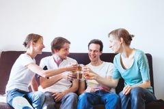 Parti grupp av vänner hemma Arkivbilder