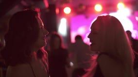 parti i en nattklubb flickor som dansar, ler och har gyckel med vänner stock video