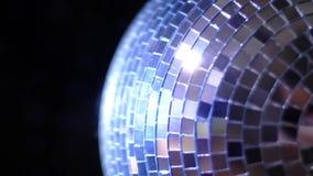 Parti Light Music Disco ball ändrar nyans på svart bakgrund. Roterande mousserande spegelkula som roterar i nattklubbsljus. arkivfilmer