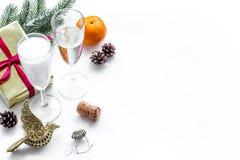 Parti med den närvarande asken, granen, champagne och exponeringsglas som firar det nya året 2018 på den vita bakgrundsmodellen royaltyfri bild