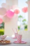 Parti med familjen för liten flickas födelsedag arkivfoton