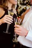 Parti: Par som rostar med Champagne By Christmas Tree Fotografering för Bildbyråer