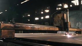 Parti rotonde per il taglio di metalli dei tagli di macchina su uno strato di metallo video d archivio