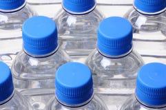 Parti superiori del coperchio della bottiglia di acqua Fotografie Stock Libere da Diritti