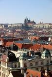 Parti superiori e chiese del tetto di Praga Immagini Stock