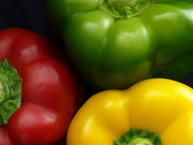 Parti superiori gialle rosse dei peperoni verdi Fotografie Stock