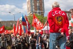 Partia komunistyczna zwolennicy wraz z Krajowymi bolszewikami brali udział w zlotnym ocechowaniu Maja dzień w centrum Moskwa Zdjęcie Royalty Free