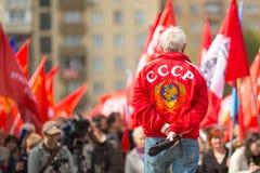 Partia komunistyczna zwolennicy wraz z Krajowymi bolszewikami brali udział w zlotnym ocechowaniu Maja dzień w centrum Moskwa Fotografia Stock