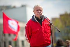 Partia komunistyczna zwolennicy wraz z Krajowymi bolszewikami brali udział w zlotnym ocechowaniu Maja dzień w centrum Moskwa Zdjęcia Royalty Free