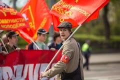 Partia komunistyczna zwolennicy wraz z Krajowymi bolszewikami brali udział w zlotnym ocechowaniu Maja dzień w centrum Moskwa Zdjęcie Stock