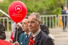 Partia komunistyczna zwolennicy wraz z Krajowymi bolszewikami brali udział w zlotnym ocechowaniu Maja dzień w centrum Moskwa Obraz Royalty Free