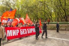 Partia komunistyczna zwolennicy wraz z Krajowymi bolszewikami brali udział w zlotnym ocechowaniu Maja dzień w centrum Moskwa Obrazy Royalty Free