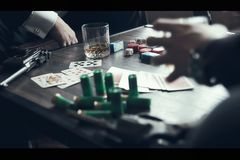 Partia pokeru, pistolety i whisky, Zdjęcie Royalty Free