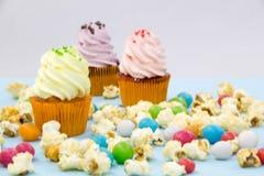 Partibakgrund med muffin och konfettier arkivbilder