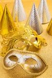 Partibevekelsegrunden med karneval maskerar och festar hatten Arkivfoton