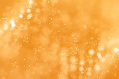 Particelle di polvere di scintillio della scintilla di pendenza dell'oro di Natale dalla cima Fotografie Stock Libere da Diritti