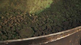Particelle di vibrazione del cemento sulla superficie della macchina del metallo, resistenza dalla pala stock footage