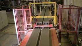 Particelle elementari, produzione dei mattoni Trasportatore con i mattoni della costruzione in un impianto di produzione dei matt archivi video